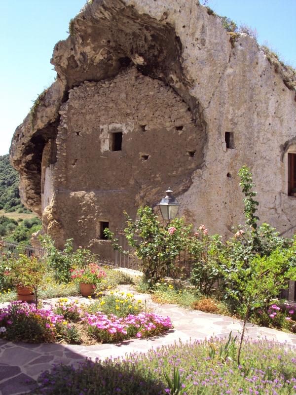 Casa nella roccia a Sedini